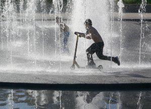 enfant jouant dans une fontaine