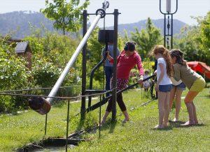 sculpture et enfants avec eau